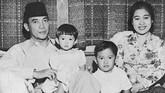 Ibu Negara pertama Indonesia, Fatmawati kerap memakai kebaya etnik bermotif dan berenda formal. Dia menampilkan ciri kebaya khas Melayu karena berasal dari Lampung dan perpaduan dengan Jawa dan Bali, asal Soekarno. (Photo by AFP)
