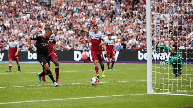 Gabriel Jesus (22 tahun) membayar kepercayaan Pep Guardiola dengan mencetak satu dari lima gol Manchester City ke gawang West Ham United. Tiga gol lainnya diborong Raheem Sterling dan penalti Sergio Aguero. (Reuters/John Sibley)
