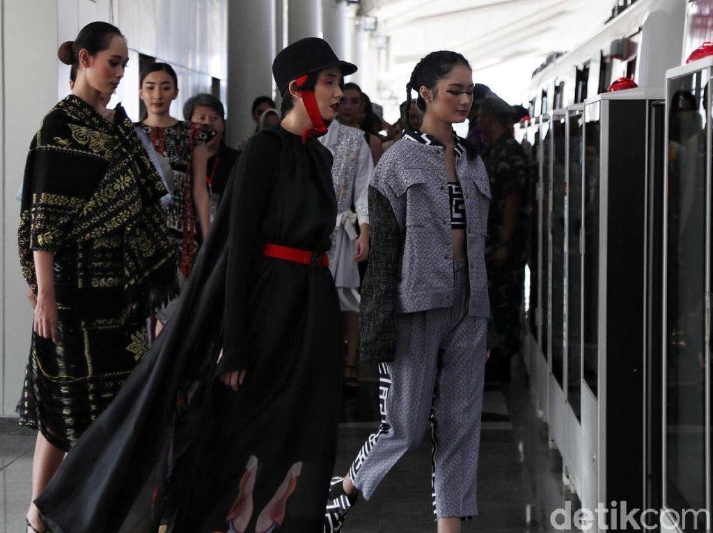 Para model mulai memasuki gerbong LRT Jakarta.