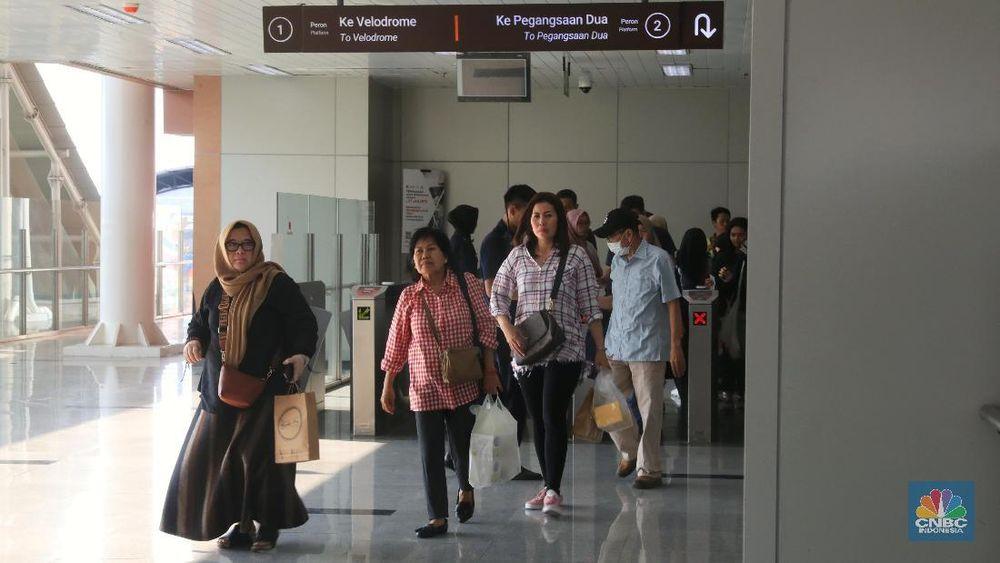 Saat ini pengoperasian LRT Jakarta dilakukan dengan label uji coba yang sudah berlangsung dua bulan, sejak Juni lalu. (CNBC Indonesia/Andrean Kristianto)