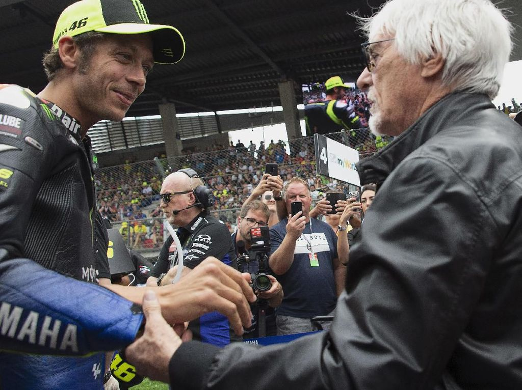 MotoGP kerap kedatangan tamu besar. Mulai dari bintang film, penyanyi top, dan kadang pemimpin negara. Di akhir pekan kemarin Valentino Rossi bertemu dengan mantan bos F1, Bernie Ecclestone (Mirco Lazzari gp/Getty Images)