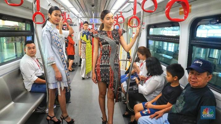 Bukan Catwalk, Para Model Ini Lenggak-Lenggok di LRT Jakarta
