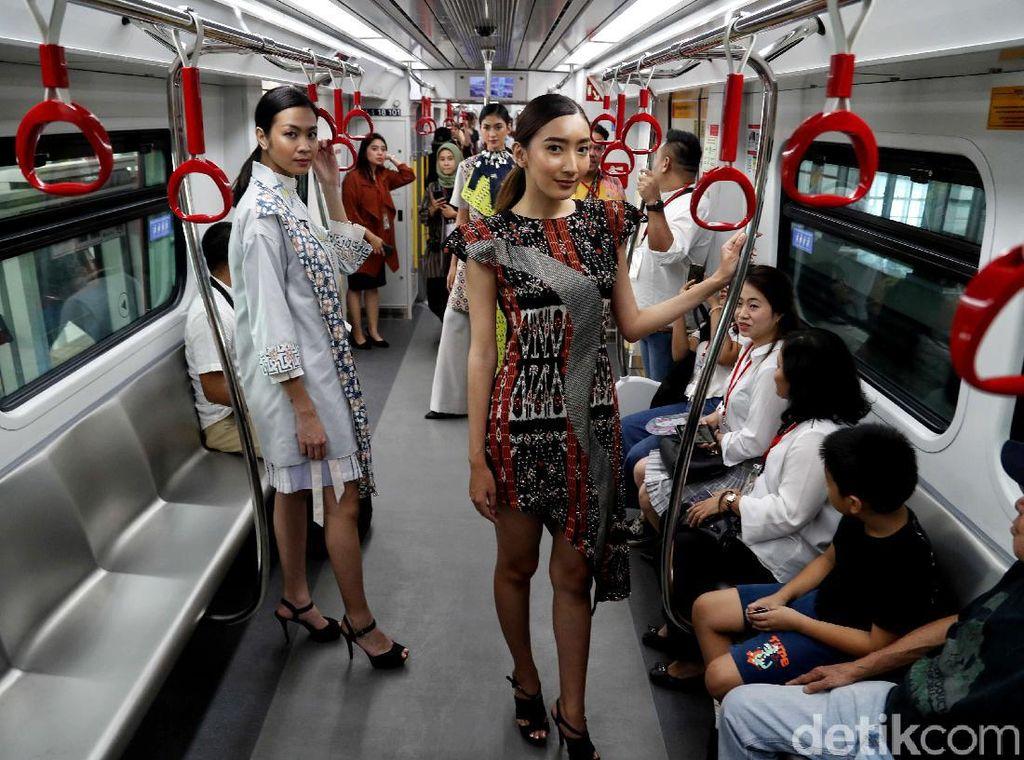 Sejumlah model bergaya di dalam gerbong LRT Jakarta, Stasiun Velodrome dan Stasiun Boulevard Utara Kelapa Gading, Selasa (13/8/2019).