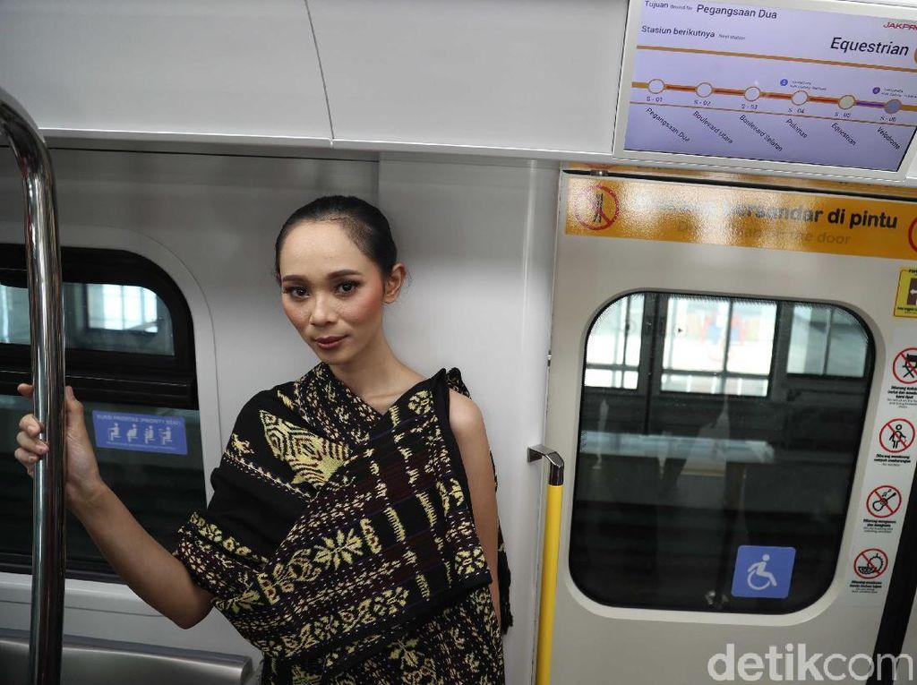 Tujuan dari fashion show ini ingin memperkenalkan fasilitas LRT.