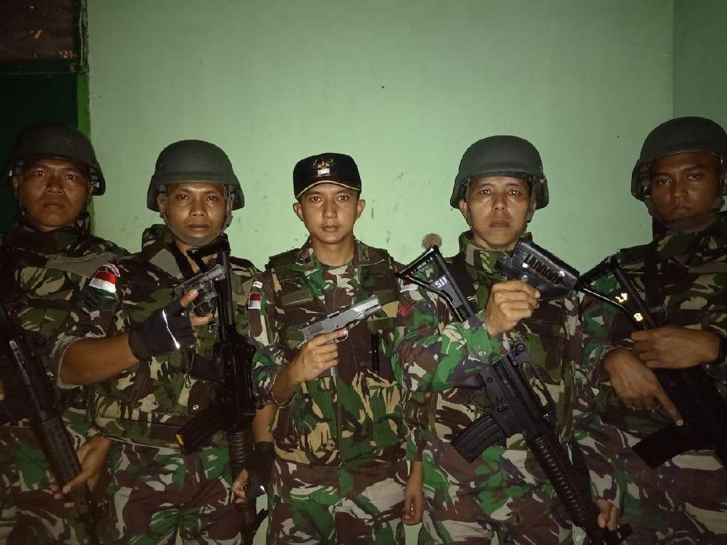 Guna mencegah peredaran barang-barang terlarang di wilayah perbatasan, Prajurit TNI dari Batalyon Infanteri (Yonif) MR 411/Pandawa Kostrad yang tergabung dalam Satuan Tugas Pengamanan Perbatasan (Satgas Pamtas) Republik Indonesia-Papua New Guinea (RI-PNG) rutin melakukan kegiatan sweeping.