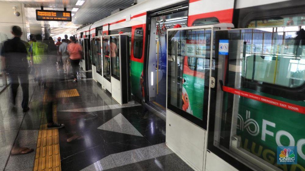 Suasana kereta LRT (Lintas Rel Terpadu) Jakarta, Kelapa Gading, Selasa (13/8/2019). (CNBC Indonesia/Andrean Kristianto)