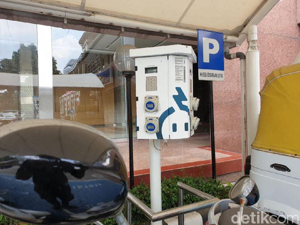Di lingkungan gedung PLN Disjaya sendiri juga tersedia fasilitas charging station dengan jumlah alat pengisian sebanyak tiga unit. Foto: Luthfi Anshori