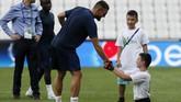 Gelandang Chelsea Chelsea Mateo Kovacic bersalaman dengan seorang fan difabel di Stadion Besiktas Park. (AP Photo/Thanassis Stavrakis)