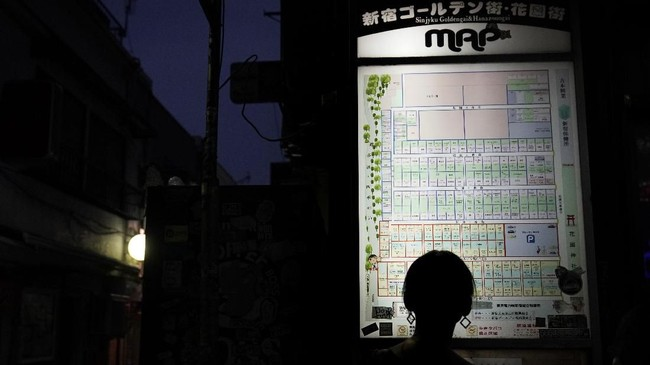 Golden Gai bermula sebagai kawasan pasar gelap dan surga bagi dunia prostitusi hinggal awal 1960-an. Seiring berjalannya waktu, reputasi Golden Gai berangsur membaik.(AP Photo/Jae C. Hong)
