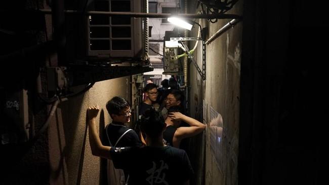 Golden Gai menjadi tempat para pekerja Tokyo untuk minum-minum santai sekaligus beramah tamah sesamanya setelah hari yang melelahkan. (AP Photo/Jae C. Hong)