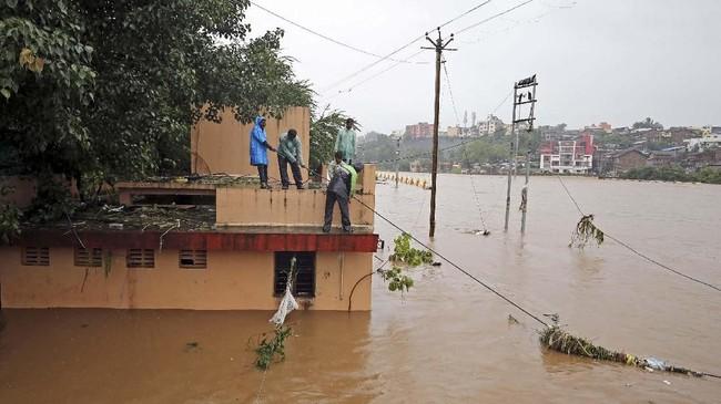 Hujan lebat memang terus mengguyur empat negara bagian India, yaitu Kerala, Karnataka, Maharashtra, dan Gujarat selama sepekan belakangan. (REUTERS/Francis Mascarenhas)