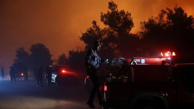 Pemerintah Yunani meminta bantuan kepada Kroasia dan Italia untuk mengirimkan pesawat bom air untuk membantu memadamkan kebakaran di Pulau Evia. (REUTERS/Costas Baltas)