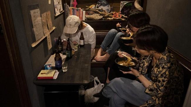 Saking kecilnya, setiap bar paling-paling hanya mampu menampung sedikit pengunjung. (AP Photo/Jae C. Hong)