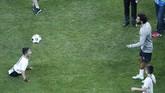 Mohamed Salah (kanan) juga sempat bermain keepie uppie dengan salah satu fan difabel yang hadir di sesi latihan Liverpool di Stadion Besiktas Park. (AP Photo/Lefteris Pitarakis)