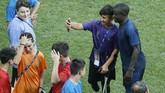 Salah satu fan difabel melakukan selfie dengan gelandang bertahan Chelsea N'Golo Kante. Chelsea tampil di Piala Super Eropa 2019 sebagai juara bertahan Liga Europa. (AP Photo/Lefteris Pitarakis)