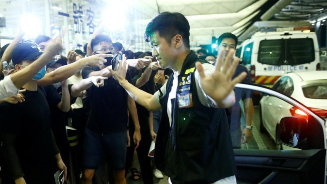 Polisi juga menyatakan aksi massa sudah sangat mengganggu aktivitas orang-orang yang hendak pergi dan datang di Hong Kong. Sebanyak enam orang ditahan dalam kejadian semalam. (REUTERS/Thomas Peter)