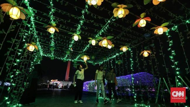 Festival of Light memamerkan banyak replika bertema kemerdekaan seperti rumah proklamasi yang dihiasi cahaya warna-warni dilengkapi dengan pembacaan teks proklamasi yang dibunyikan dari balik replika tokoh perjuangan Soekarno dan Mohammad Hatta.