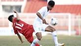 Bek kiri Timnas Indonesia U-18 Muhammad Salman Alfarid (kanan) berebut bola dengan pemain Myanmar Saw Kyaw Ae saat bertanding pada penyisihan Grup A Piala AFF U-18 2019 di Stadion Thong Nhat, Ho Chi Minh, Vietnam, Rabu (14/8/2019). (ANTARA FOTO/Yusran Uccang)