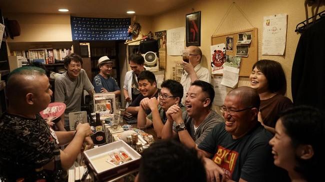 Tengok saja para pengunjung yang tertawa saat mendengarkan lelucon yang dilontarkan komedian Tadashi Yokoda di salah satu bar di Golden Gai. (AP Photo/Jae C. Hong)