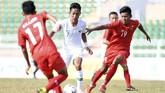 Gelandang Timnas Indonesia U-18 Beckham Putra Nugraha (tengah) berusaha melewati duapemain Myanmar Naung Soe (kanan) dan Khun Kyaw (kiri) saat bertanding pada penyisihan Grup A Piala AFF U-18 2019 di Stadion Thong Nhat, Ho Chi Minh, Vietnam, Rabu (14/8/2019). (ANTARA FOTO/Yusran Uccang)