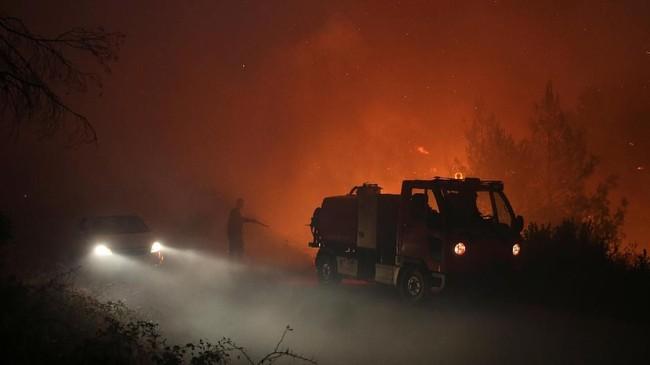 Kebakaran hutan dan lahan di Pulau Evia membuat penduduk empat desa dan sebuah biara dipindahkan. (REUTERS/Costas Baltas)