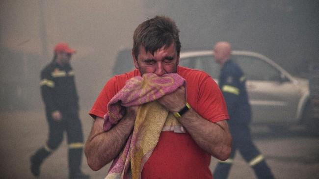 Kebakaran hutan di Pulau Evia terjadi sejak pekan lalu. Api semakin cepat berkobar karena tiupan angin di kawasan itu sangat kencang. (Michalis Karagiannis/Eurokinissi via REUTERS)