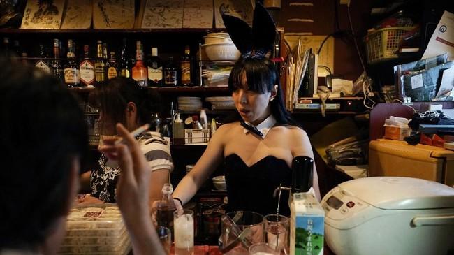 Salah satunya nampak pada bartender yang berdandan dengan kostum kelinci ini.(AP Photo/Jae C. Hong)