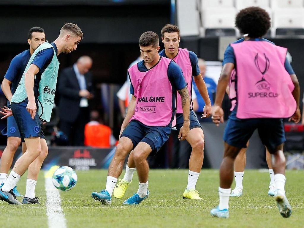 Para pemain Chelsea tampak serius menjalani latihan persiapan melawanLiverpool.Reuters/Kemal Aslan.