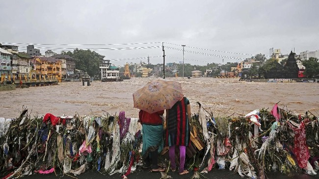 Guyuran hujan tersebut menimbulkan banjir di berbagai penjuru, hingga membuat 1,2 juta orang terpaksa mengungsi di kamp-kamp penampungan yang disediakan pemerintah. (REUTERS/Francis Mascarenhas)