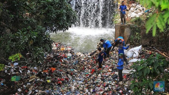 Kurangnya kesadaran warga terhadap kebersihan lingkungan menyebabkan masih banyaknya tumpukan sampah di sejumlah aliran kali tersebut.