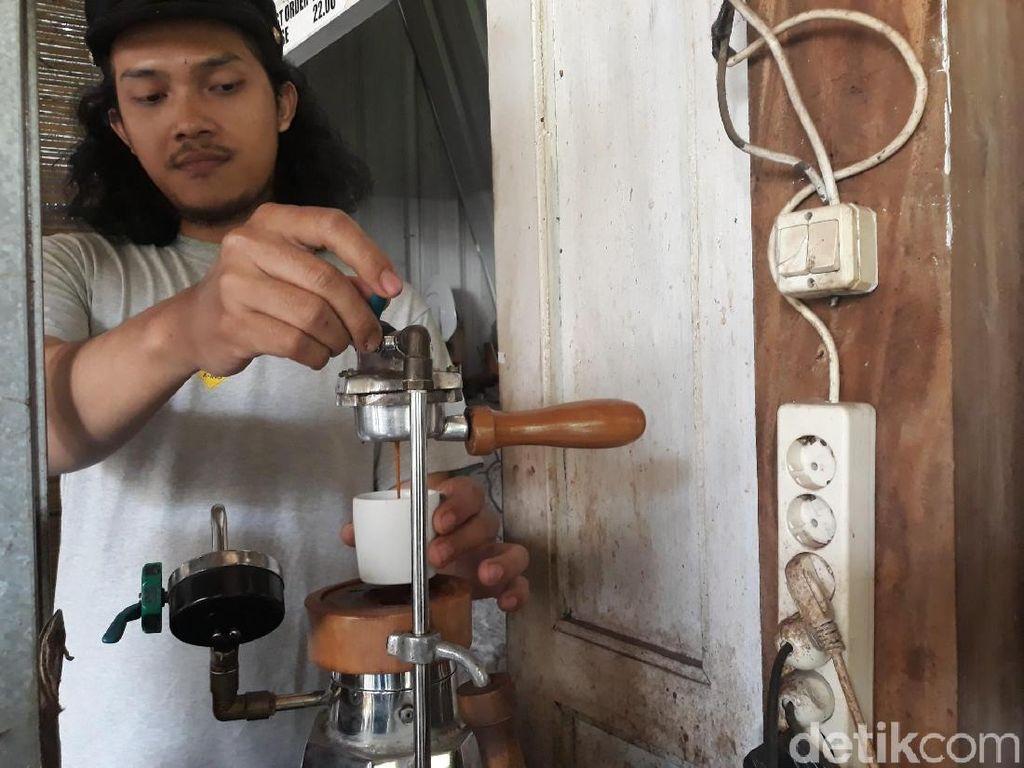 Pemilik Coffee Wae sekaligus inisiator pembuatan alat pembuat espresso manual, Noor Asif mengatakan, black answer memang tidak menggunakan tenaga listrik untuk memproduksi espresso. Karena itu, pangsa pasar black answer adalah ke daerah-daerah yang belum terjangkau aliran listrik.