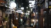 Terselip di antara kawasan hiburan Kabukicho dan Kuil Hanazono, hampir sebanyak 280 bar dan restoran 'terjepit' di area seluas setengah lapangan sepak bola ini. (AP Photo/Jae C. Hong)