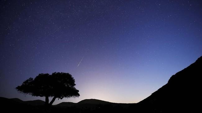 Hujan meteor perseids bisadiamati di seluruh Indonesia sepanjang malam mulai pukul 222.00 WIB hingga subuh. (REUTERS/Amir Cohen)