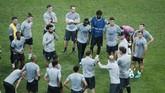 Para pemain Liverpool berkumpul mendengar arahan dari tim pelatih dalam persiapan menjalani laga Piala Super Eropa yang mempertemukan dua klub asal Inggris. (AP Photo/Lefteris Pitarakis)