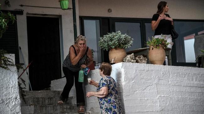Kebakaran di Pulau Evia membuat kabut asap dan kondisi udara menjadi berbahaya. (Michalis Karagiannis/Eurokinissi via REUTERS)
