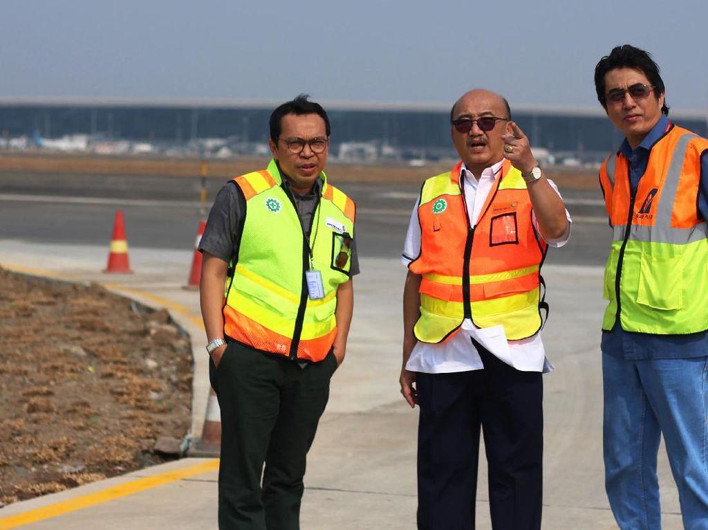 Direktur Teknik dan Operasi PT Angkasa Pura ll Djoko Murjatmodjo (tengah) meninjau area runway 3 Bandara Internasional Soekarno Hatta di Tangerang, Banten, Rabu (14/8/2019). Pengoperasian runway 3 yang rencananya pada pertengahan bulan Agustus tahun ini diharapkan dapat meningkatkan jumlah kapasitas pergerakan pesawat sebesar 30 persen. Foto: ANTARA FOTO/Fauzan
