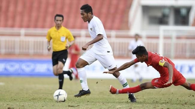 Gelandang Timnas Indonesia U-18 Fajar Fathur Rachman (kiri) berusaha melewatipemain Myanmar Naung Soe (kanan) saat bertanding pada penyisihan Grup A Piala AFF U-18 2019 di Stadion Thong Nhat, Ho Chi Minh, Vietnam, Rabu (14/8/2019). (ANTARA FOTO/Yusran Uccang)