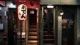Semua ukuran kedai atau warung di Golden Gai begitu kecil. Para pengunjung harus berjuang dengan pintu-pintu kecil dan tangga yang sempit. (AP Photo/Jae C. Hong)