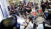 Beberapa dari pedemo yang terjatuh langsung menjadi sasaran amukan polisi. Polisi memukuli mereka dengan pentungan. (REUTERS/Tyrone Siu)