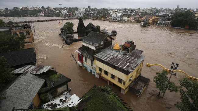 Otoritas India memberi peringatan kepada warga untuk mewaspadai banjir akibat hujan lebat dalam 24-48 jam ke depan terhitung mulai Rabu (14/8). (REUTERS/Francis Mascarenhas)