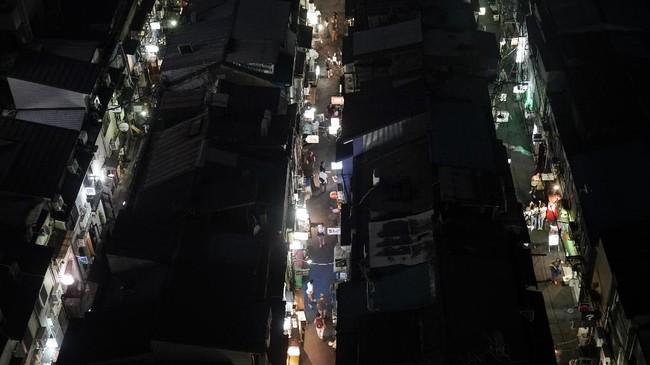 Orang-orang Tokyo patut diacungi jempol urusan memanfaatkan ruang. Tengok saja kawasan sempit Golden Gai yang terletak di Distrik Shinjuku, Tokyo. (AP Photo/Jae C. Hong)