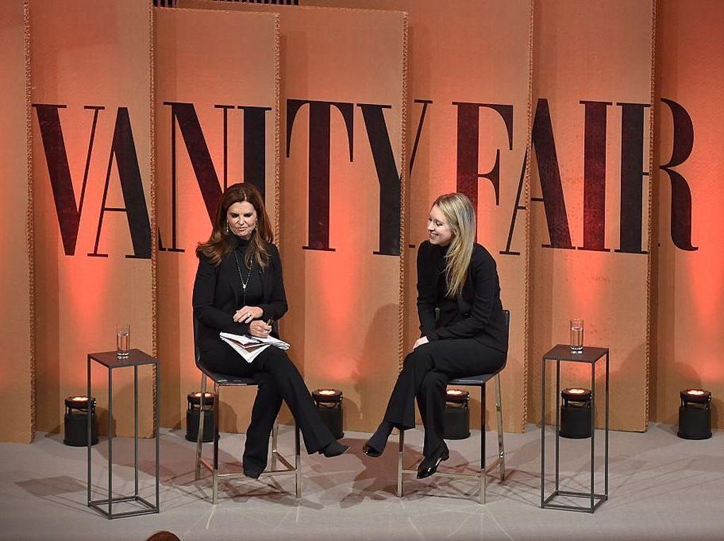Yang ini adalah ketika Elizabeth diwawancarai anchor spesial Maria Shriver, yang sama kondangnya, di tahun 2015. Itu merupakan masa jaya-jayanya Elizabeth berkat perusahaan rintisan teknologi cek darah yang ia bentuk. (Foto: Mike Windle/Getty Images for Vanity Fair)