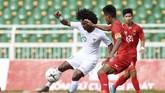 Penyerang Timnas Indonesia U-18 Bagus Kahfi (kiri) berebut bola dengan pemain Myanmar Naung Soe (kedua kanan) saat bertanding pada penyisihan Grup A Piala AFF U-18 2019 di Stadion Thong Nhat, Ho Chi Minh, Vietnam, Rabu (14/8/2019). (ANTARA FOTO/Yusran Uccang)