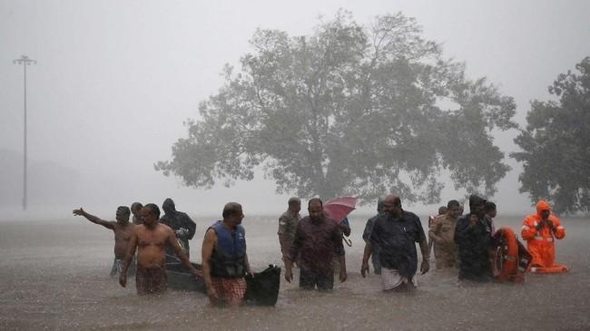 Jumlah korban yang tewas akibat banjir di Kerala, India, mencapai 244 orang. Pemerintah India pun mewaspadai potensi banjir susulan. (REUTERS/Sivaram V)