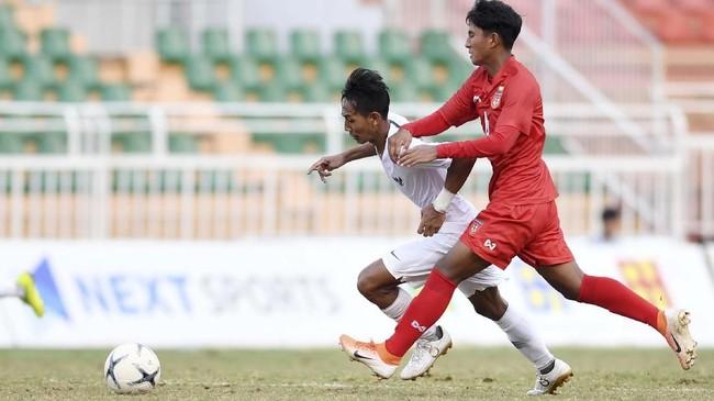 Gelandang Timnas Indonesia U-18Beckham Putra Nugraha (kiri) berusaha melewatipemain Myanmar Yan Kyaw Soe saat bertanding pada penyisihan Grup A Piala AFF U-18 2019 di Stadion Thong Nhat, Ho Chi Minh, Vietnam, Rabu (14/8/2019). (ANTARA FOTO/Yusran Uccang)
