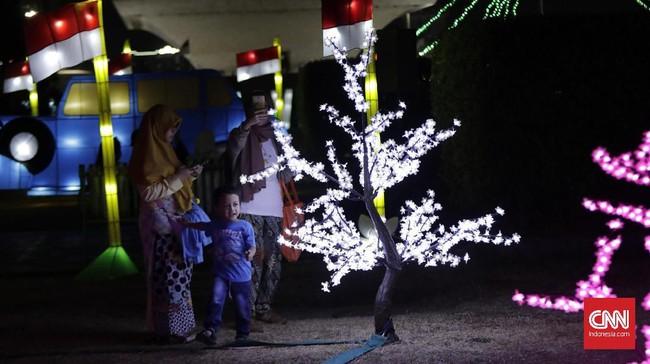 Plt UPT Monas Munjirin mengatakan, tema festival ini menggabungkan sejarah dan kebudayaan Indonesia dengan kemajuan teknologi, berupa lampu warna-warni yang tampak cantik. (CNN Indonesia/Adhi Wicaksono)