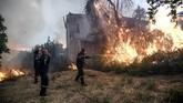 Perdana Menteri Yunani, Kyriakos Mitsotakis, sempat mencicipi liburan musim panas di Pulau Evia, tetapi langsung kembali ke Athena ketika terjadi kebakaran hutan. (Michalis Karagiannis/Eurokinissi via REUTERS)