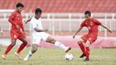 Penyerang TimnasIndonesia U-18 SaddamGaffar (tengah) berusaha melewati duapemain Myanmar Ye Min Kyew (kanan) dan Yan Kyaw Soe saat bertanding pada penyisihan Grup A Piala AFF U-18 2019 di Stadion Thong Nhat, Ho Chi Minh, Vietnam, Rabu (14/8/2019). (ANTARA FOTO/Yusran Uccang)