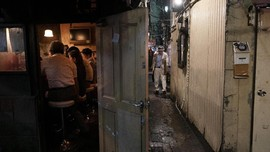 FOTO: 'Terjepit' Deretan Bar di Golden Gai Tokyo