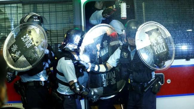 Aksi demonstrasi di bandara Hong Kong berakhir bentrok dengan aparat pada Selasa (13/8) malam waktu setempat. (REUTERS/Thomas Peter)